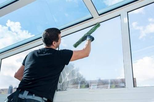 Reinigungskraft bei der Fenster- und Fassadenreinigung