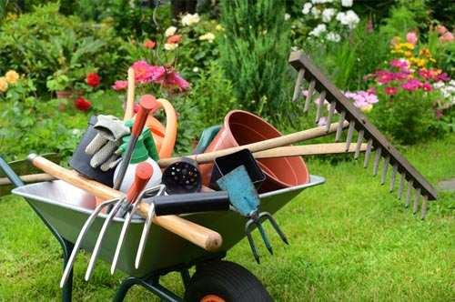 Schubkarren mit Utensilien für die Gartenpflege