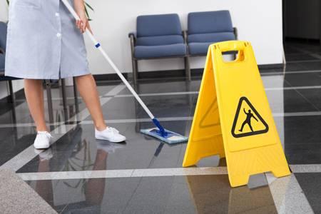 Professionelle Reinigung eines Verwaltungsgebäudes