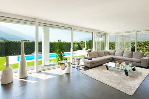 Sauberes und gepflegtes Wohnzimmer in einer Villa